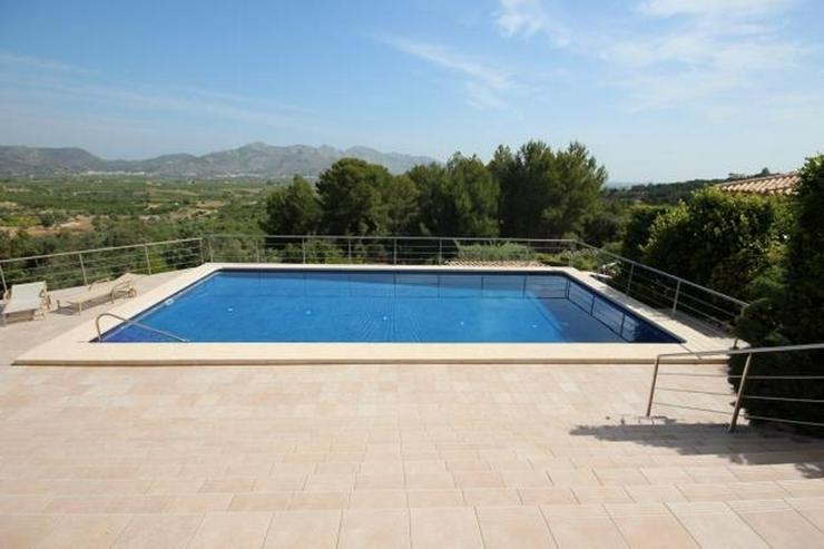 Bild 4: Ein Traum von einem Eigentum in der Sonne mit einem King-Size-Pool auf dem Grundstück von...