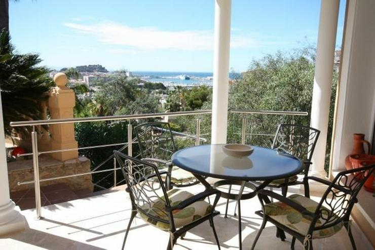 Bild 2: Großzügige Villa mit 2 WE, 3 SZ, 3 BZ, Klima, 8x4 m Pool und traumhaftem Burg- und Meerb...