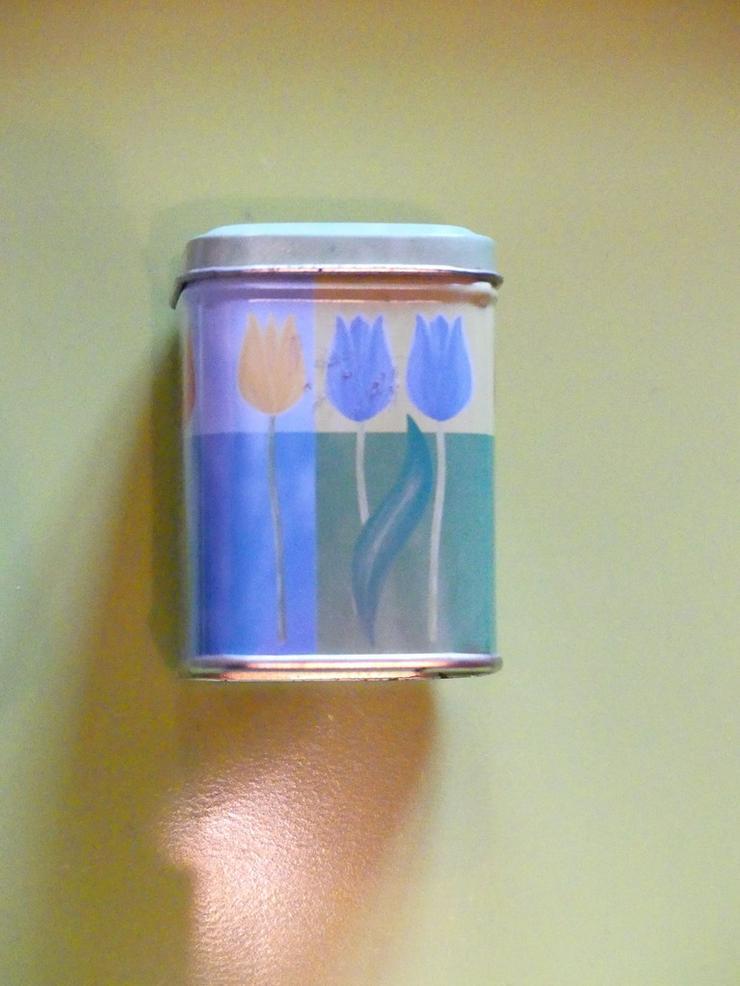 kleine Teedose mit Blumenmuster