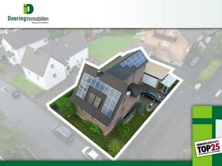 Bild 3: Riesige Garage, viele Zimmer, wenig Garten. Einfamilienhaus mit Einliegerwohnung