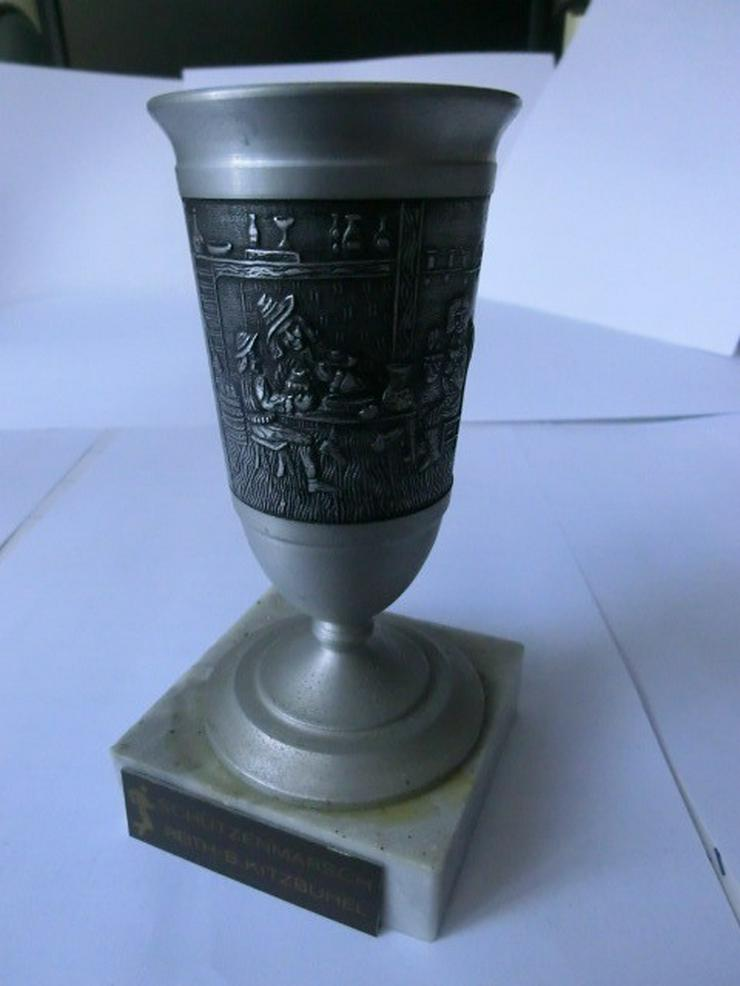 Bild 2: Bierkrüge, -gläser und Pokale