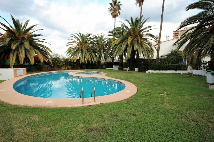 Bild 2: Liebevoll eingerichtetes Reihenhaus in Denia , Pool, 300 m zum Strand, 2 SZ, 1 WZ mit Kami...