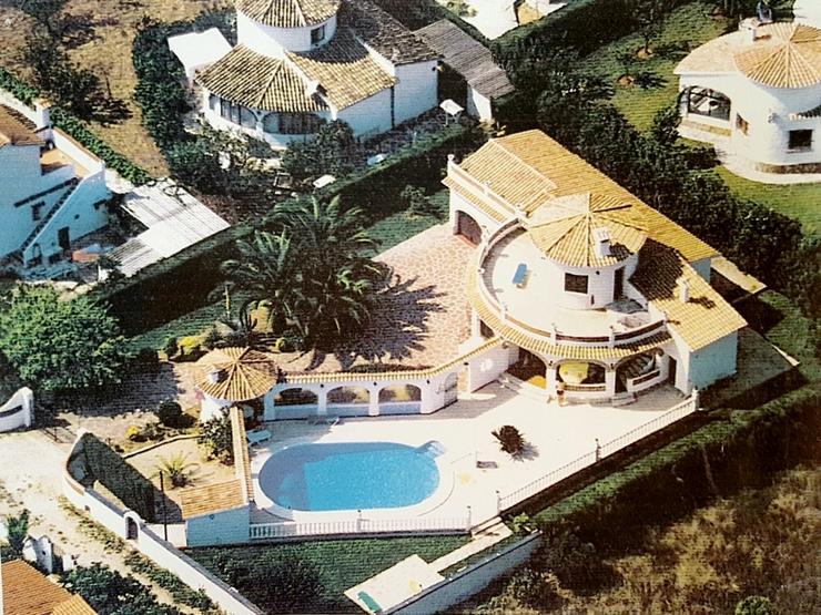 Villa mit 3 SZ auf sonnigem großen 1300 qm Grundstück mit Pool, Terrassen, Stellplätze ...
