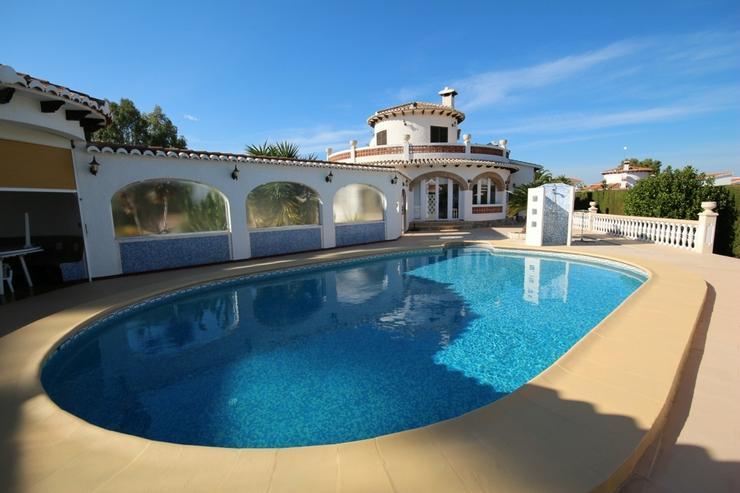Bild 3: Villa mit 3 SZ auf sonnigem großen 1300 qm Grundstück mit Pool, Terrassen, Stellplätze ...