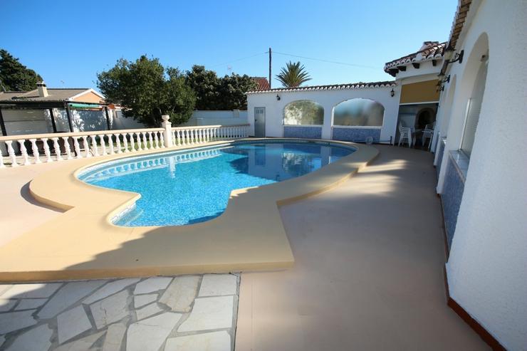 Bild 6: Villa mit 3 SZ auf sonnigem großen 1300 qm Grundstück mit Pool, Terrassen, Stellplätze ...