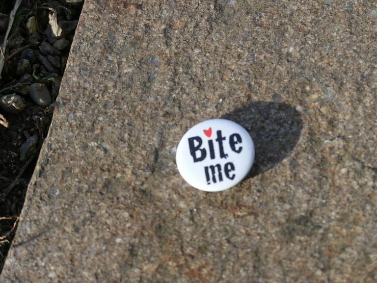 2 Buttons: Bite me und I love Vampirs