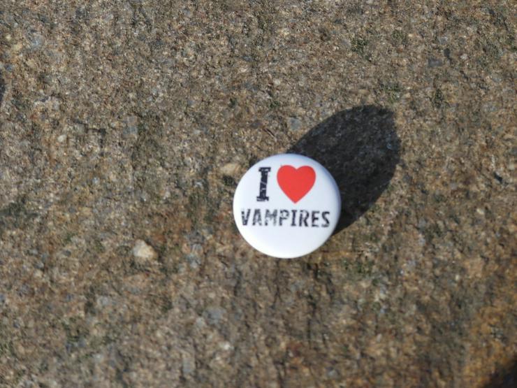 Bild 2: 2 Buttons: Bite me und I love Vampirs