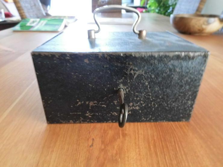 Geldkassette mit Schlüssel - ANTIK - Metall