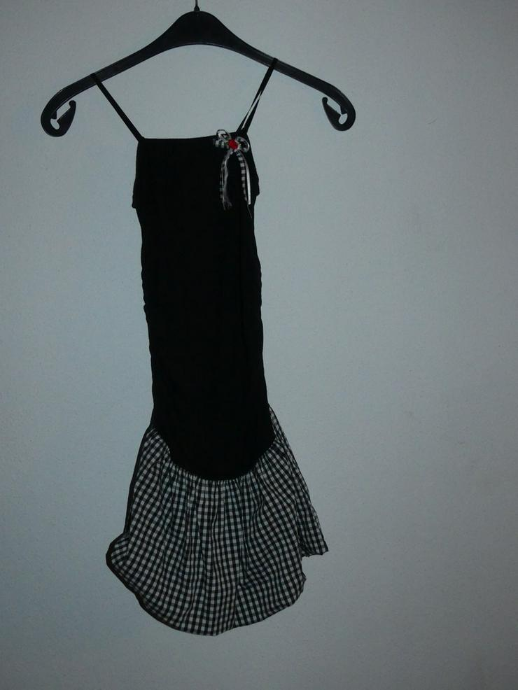 schwarzes Kleid mit kariertem Einsatz