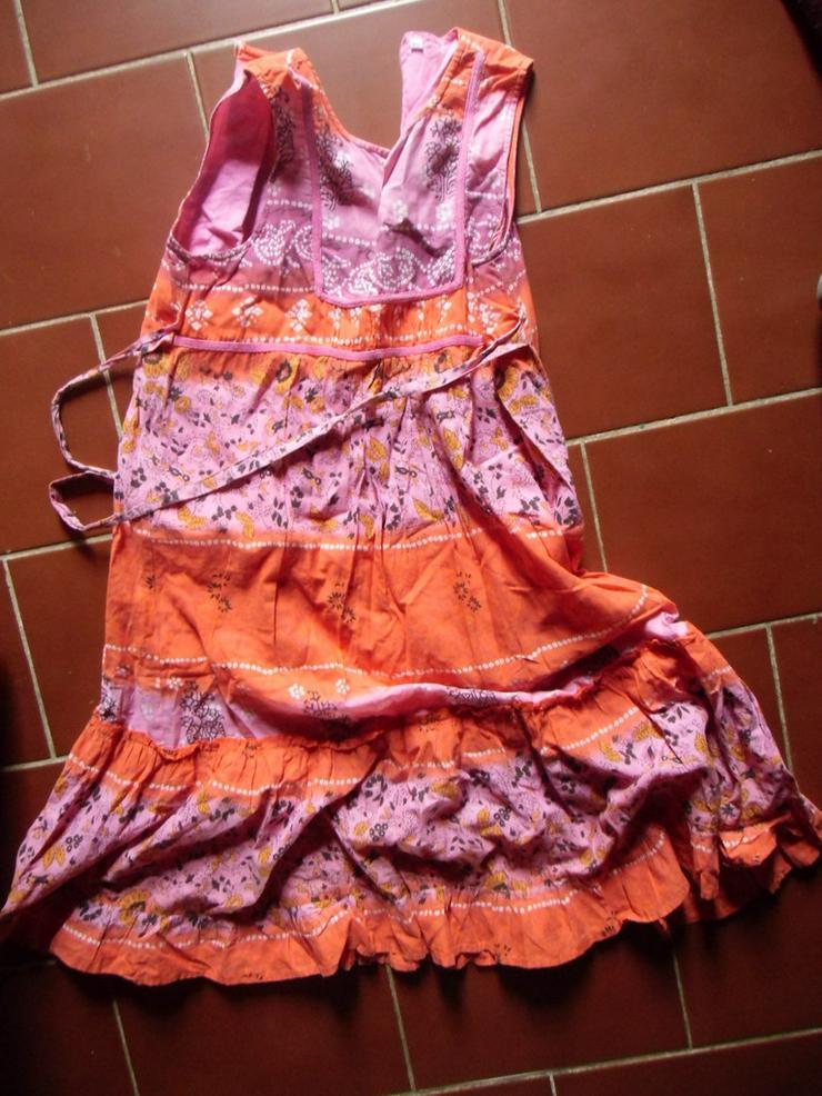 buntes, gemustertes Kleid