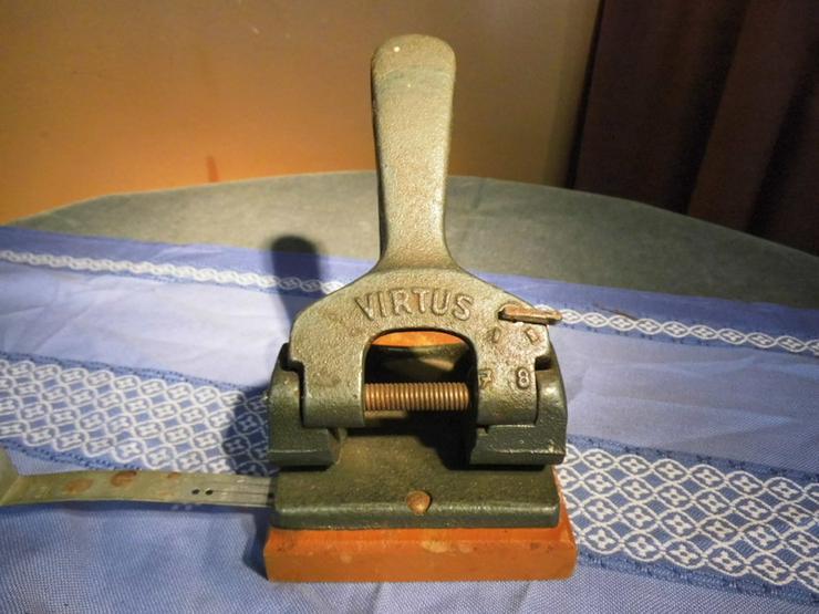 Antiker Locher VIRTUS / 7 u. 8 cm Lochabstand,