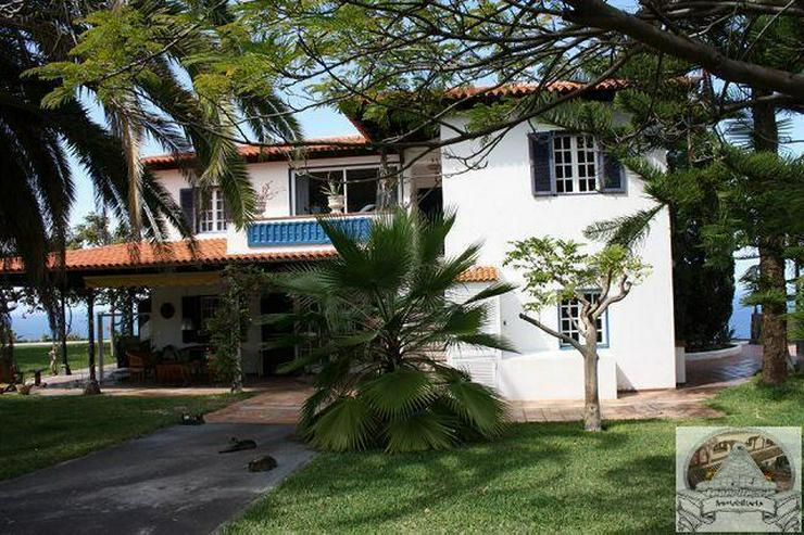 Villa mit Schwimmhalle auf grossem Grundstück
