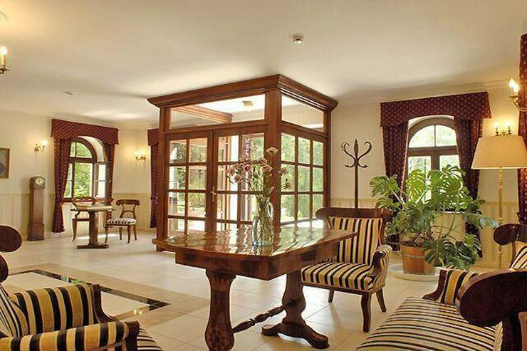 Bild 2: Schloss (Hotel) mit Pferdestall auf 35000 qm Land zu verkaufen!