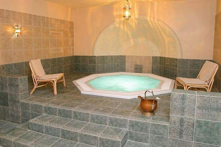Hotel (Schloss) mit Pferdestall auf 35000 qm Land zu verkaufen! - Auslandsimmobilien - Bild 1