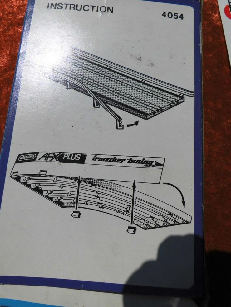 Bild 5: Kurverleitplanken mit zeitgenössischer Werbung