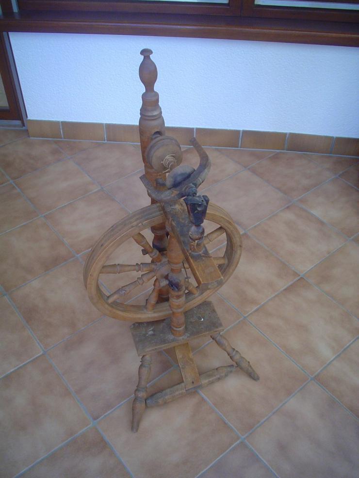 Spinnrad aus Omas Zeiten  auf 3 Füssen, Holz