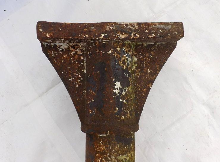 Bild 4: Historische Gussäule alte Metallsäule Gusseis