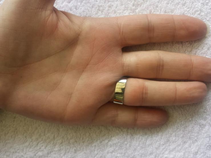 Bild 3: Damenring mit 2 navettgeschliffenen Diamanten
