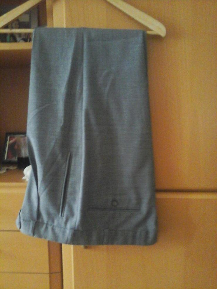 Bild 2: grauer Anzug