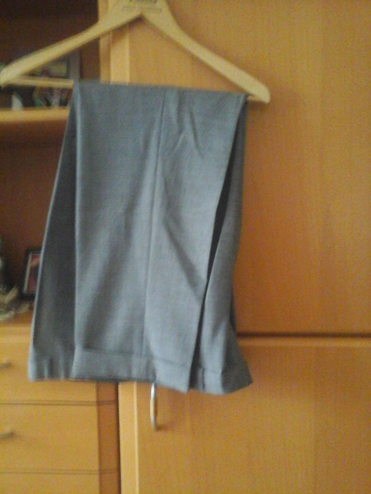 Bild 3: grauer Anzug