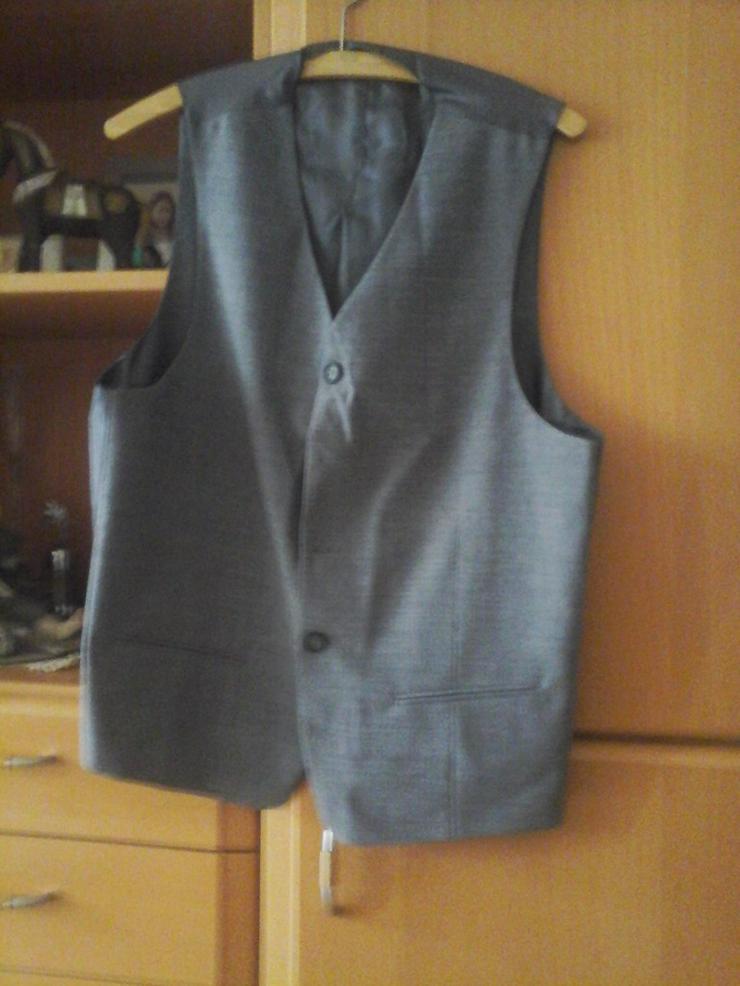 Bild 4: grauer Anzug