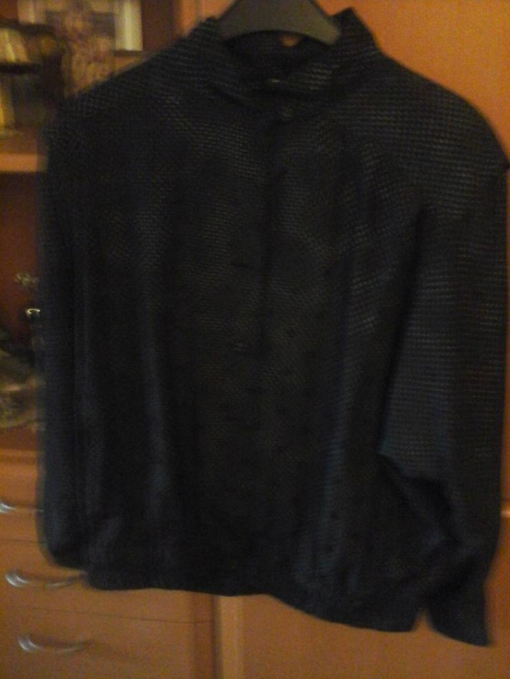 schwarze Bluse mit buntschillernden Punkten