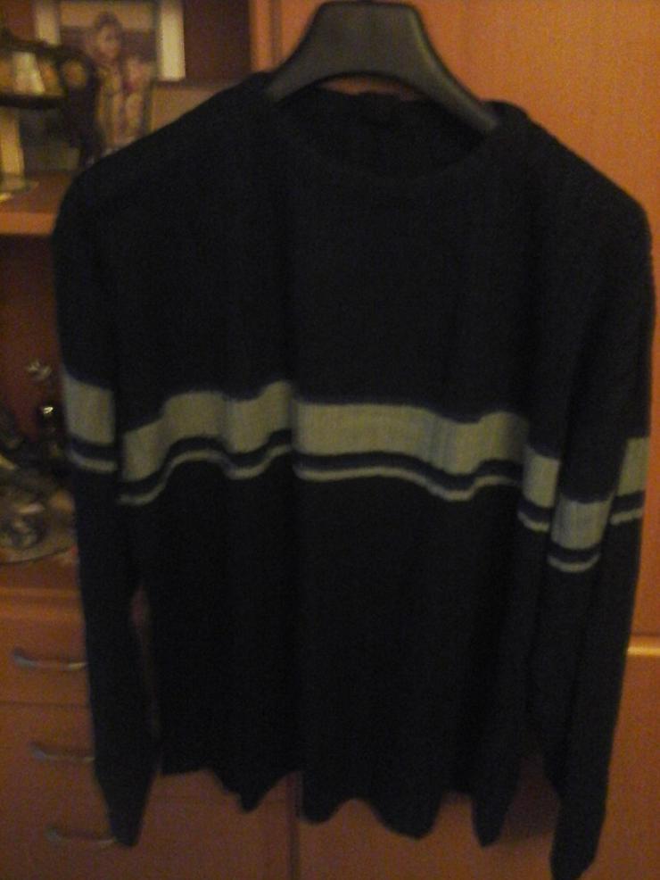 schwarzer Pullover mit grauem Streifen