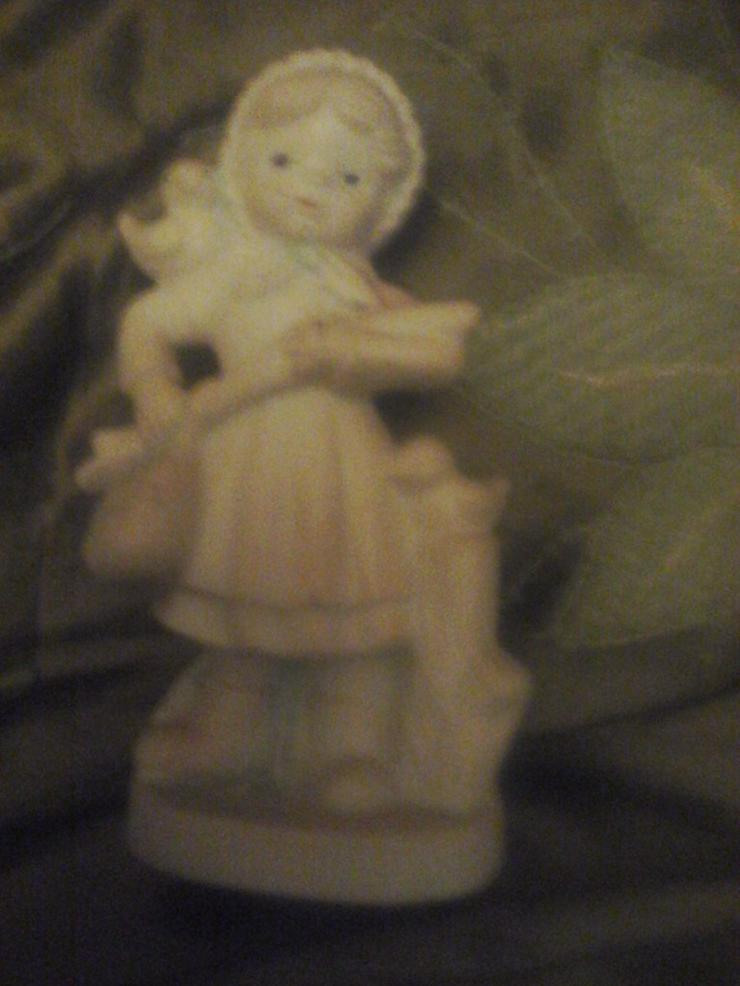 Nippes-Figur Mädchen auf Wanderschaft H 12 cm