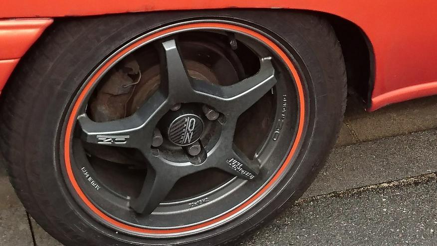 Bild 2: Daihatsu Charade GTti mit Ersatzteilen
