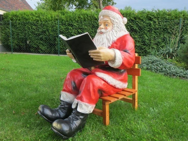 Weihnachtsmann sitzend Buch lesend mit Stuhl