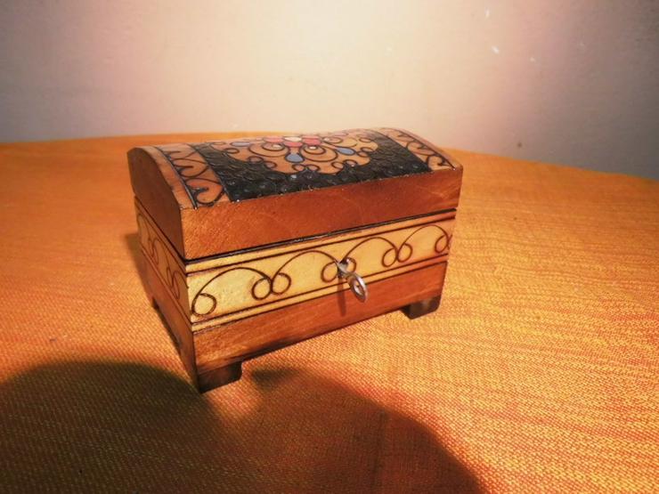 Folkloristisches Schmuckkistchen aus Holz um 1