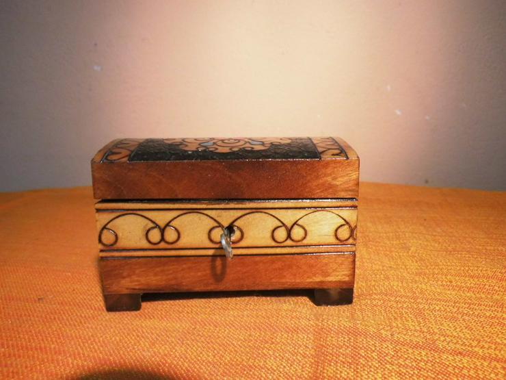 Bild 2: Folkloristisches Schmuckkistchen aus Holz um 1