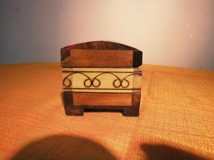 Bild 3: Folkloristisches Schmuckkistchen aus Holz um 1
