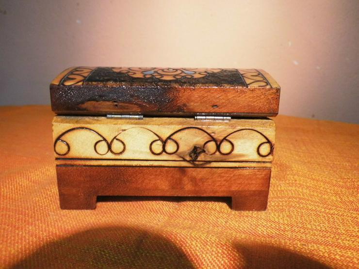 Bild 4: Folkloristisches Schmuckkistchen aus Holz um 1