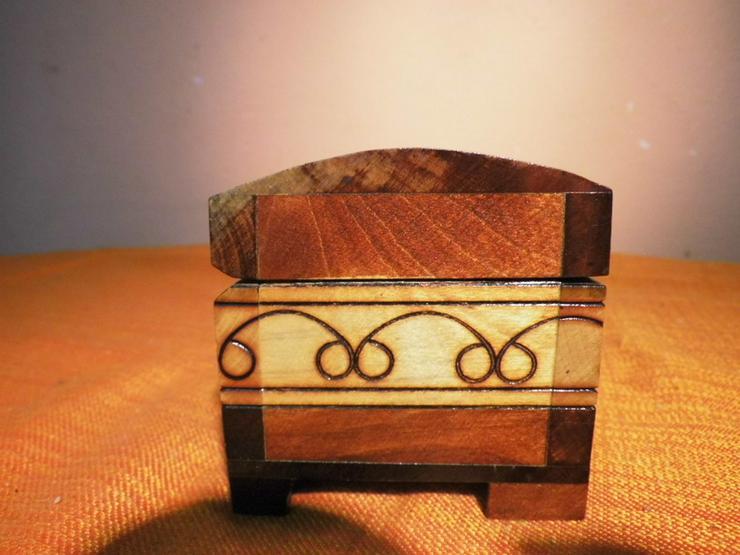 Bild 5: Folkloristisches Schmuckkistchen aus Holz um 1