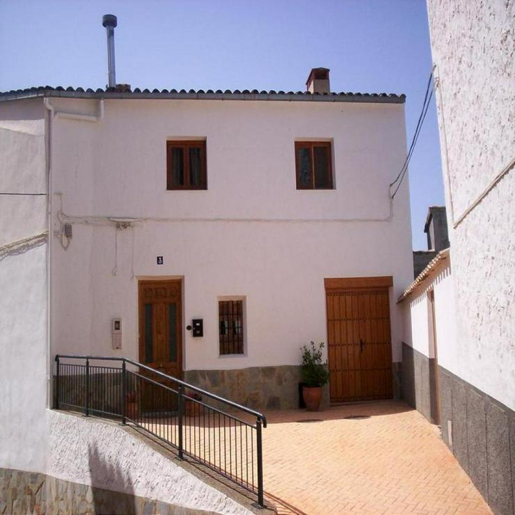 Traditionelles Dorfhaus mit überraschend viel Raum - Haus kaufen - Bild 1