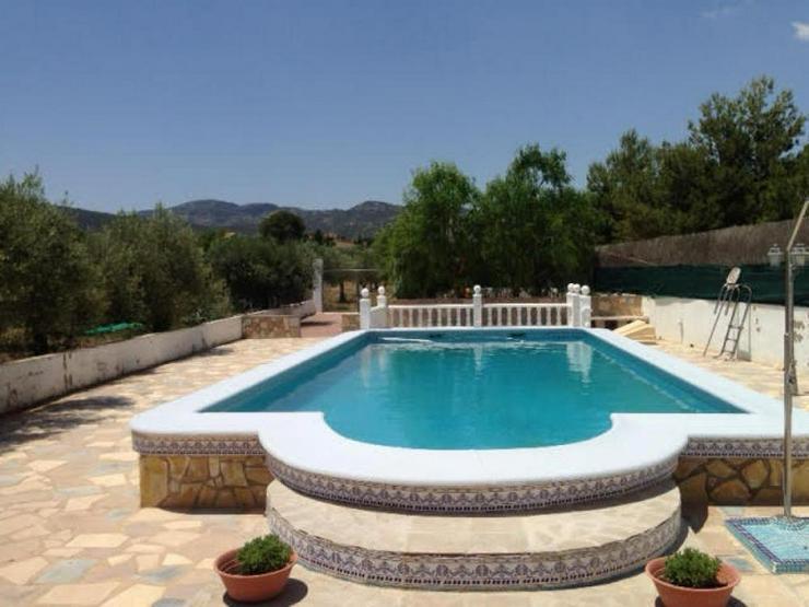 Bild 2: Geräumiges Landhaus mit Pool