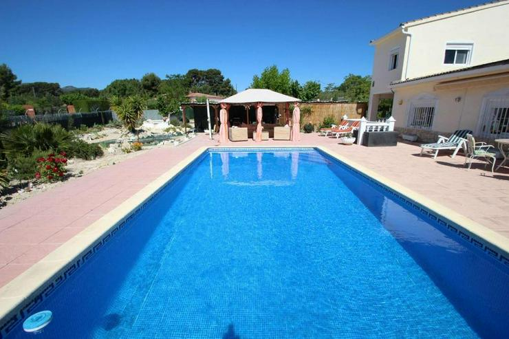 Bild 2: Villa mit Pool