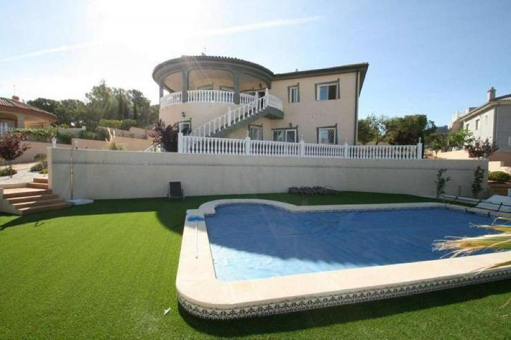 Villa mit 3 Wohneinheiten - Haus kaufen - Bild 1
