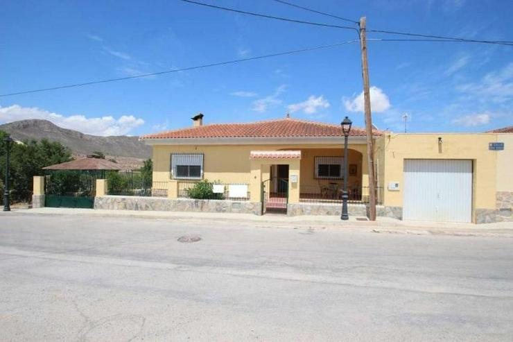 Villa im Dorf - Haus kaufen - Bild 1