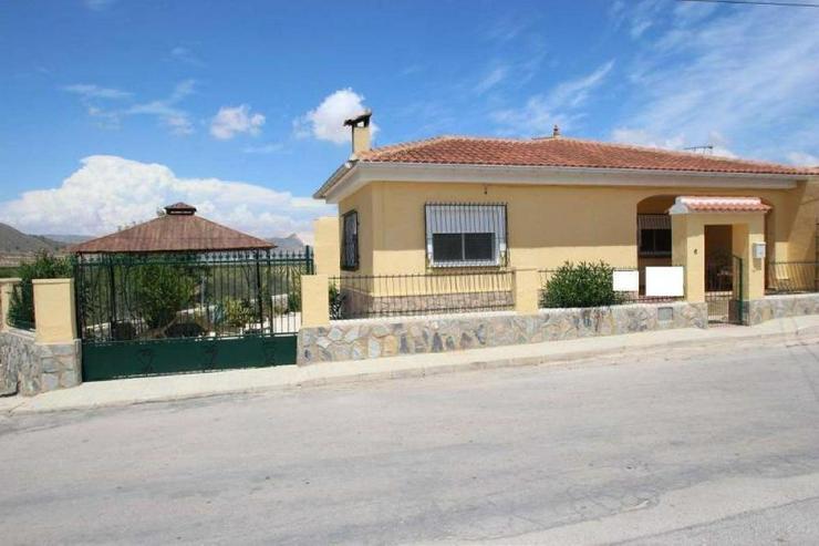 Bild 2: Villa im Dorf