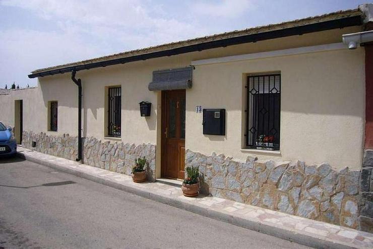 Bild 2: Dorfhaus mit allem ..