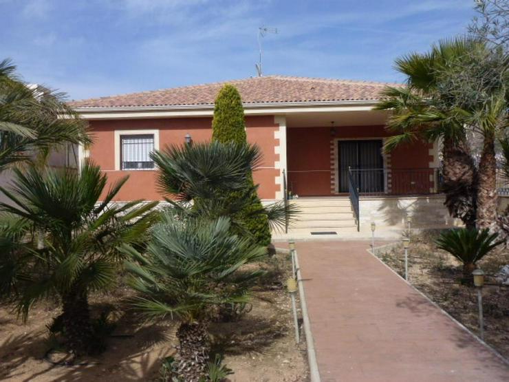 Schöne Villa in ortsnaher Lage - Haus kaufen - Bild 1
