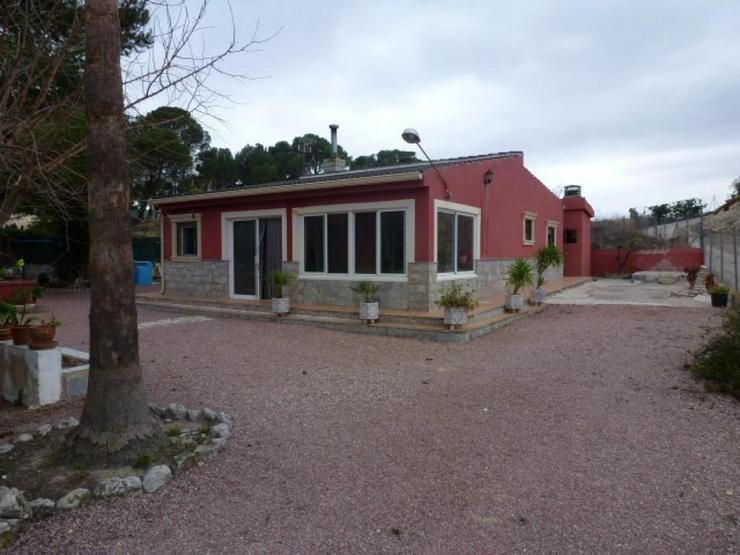 Bild 3: Landhaus in Ortsnähe