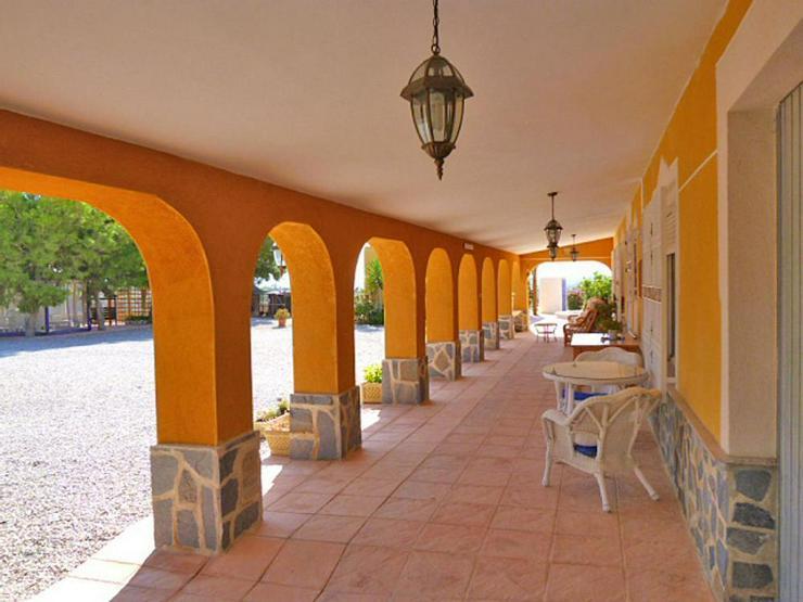 Bild 5: Spanisches Landhaus