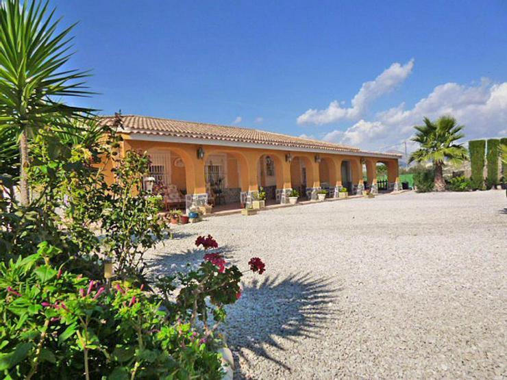 Bild 2: Spanisches Landhaus