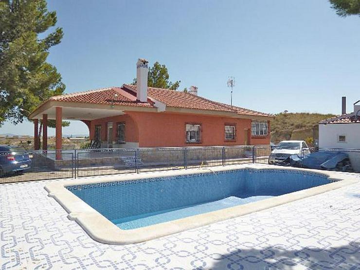Bild 2: Eine geräumige Villa in einem kleinen Weiler