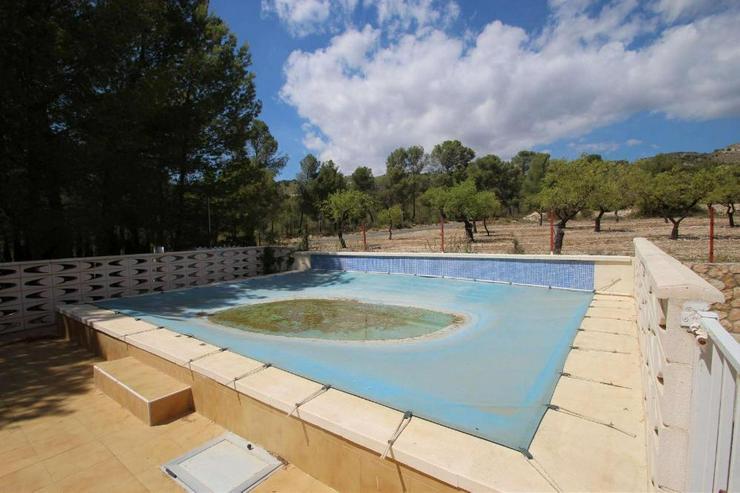 Bild 2: Landhaus mit Pool