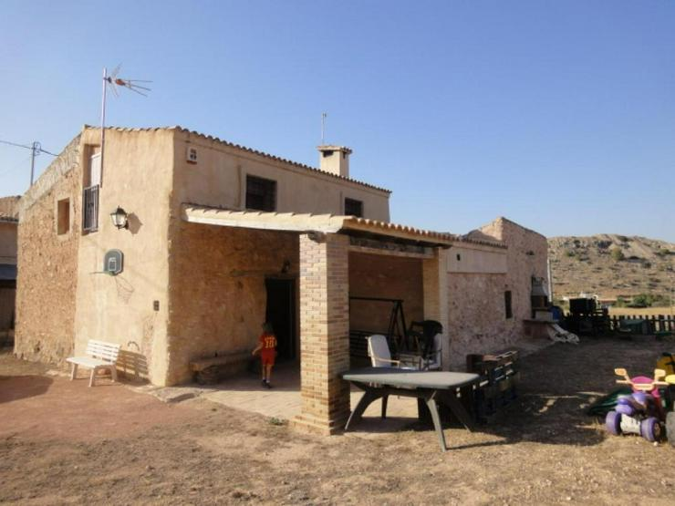 Bild 1: Bauernhaus und Höhlenwohnung