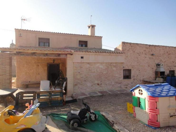 Bild 2: Bauernhaus und Höhlenwohnung